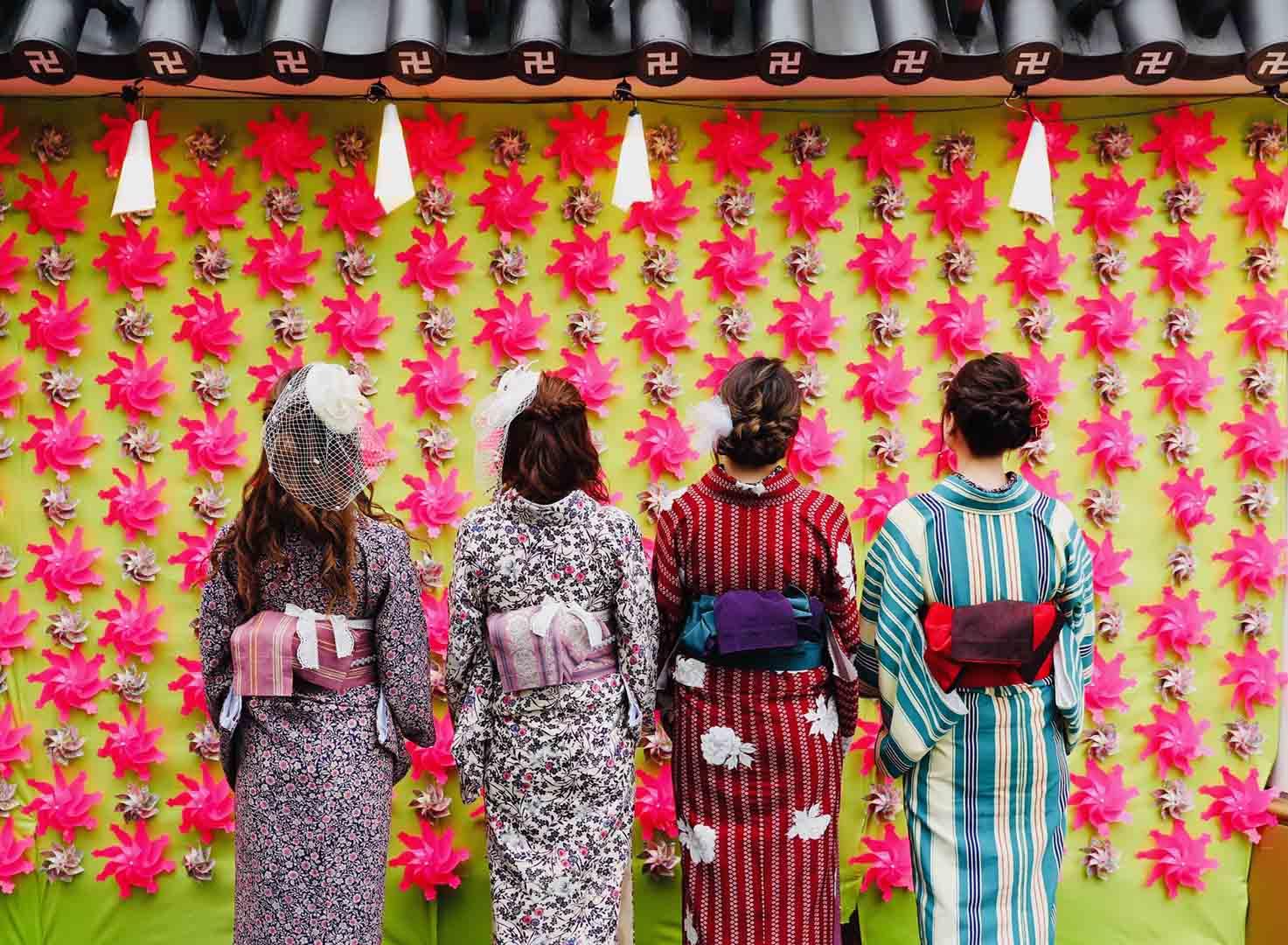 行列必須のメロンパン片手にお花見気分、<br />浅草のインスタ聖地「かざぐるまの壁」が桜色に!
